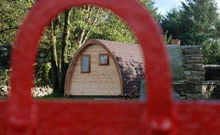 Pod Pairc pod seen through red gate